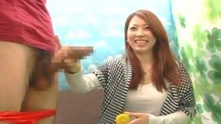 〖赤面手コキ研究所〗20才の美人女子大生がチ○コにぎって笑顔で手コキしてくれる