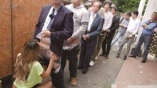 なんと!先着30名に100円でフェラします!に男たちがチ〇ポ出して大行列