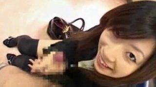 明るい笑いで即手コキしてくれるニーソの素人娘が顔を近づけてチョイパクっ!