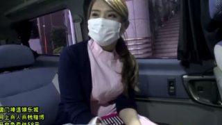 歯科助手バイトの巨乳ちゃん、白衣のまま車でフェラお昼休みのぱくぱくタイム