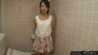 膨らみかけおっぱいの花柄美少女トイレの中でフェラ抜き口内