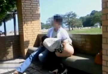 昼間の公園で見つからないようにベンチでハメちゃう変態カップル