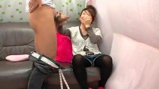〖CFNM赤面手コキ〗勃起チ〇コを直視できない純真な女子大生が射精するまで手コキしてくれる!
