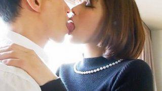 美人妻32歳が前戯のキスでびちょ濡れ、浮気チ〇ポの挿入で痙攣させてイキまくり