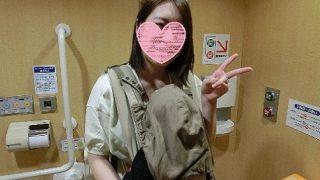 個人撮影24才の人妻が子供を連れたままトイレでフェラチオして立ちバックでハメられ[無修正]