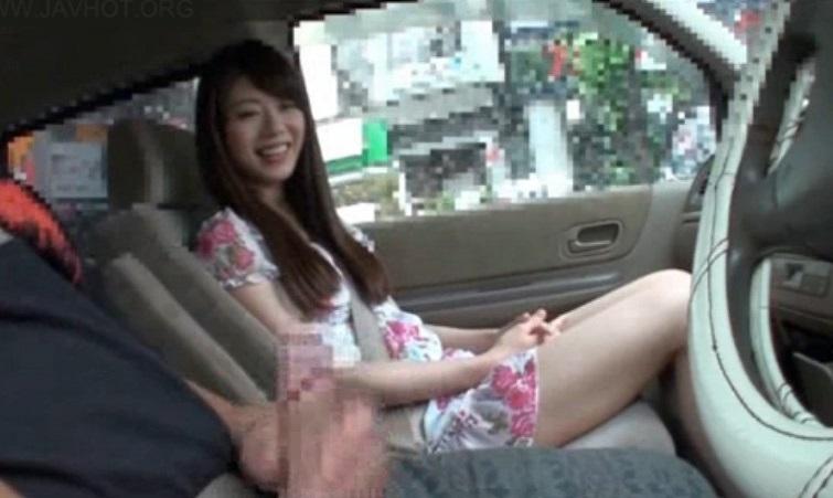 車の中でセンズリ見てもらったら、外から誰かに見つかりそうなスリルに興奮しちゃった素人娘たち 5