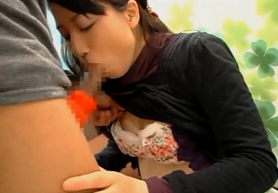 まさかこんな子が…。処女っぽい素人女子大生がチ○ポ型の飴咥える流れでフェラチオ口内発射!