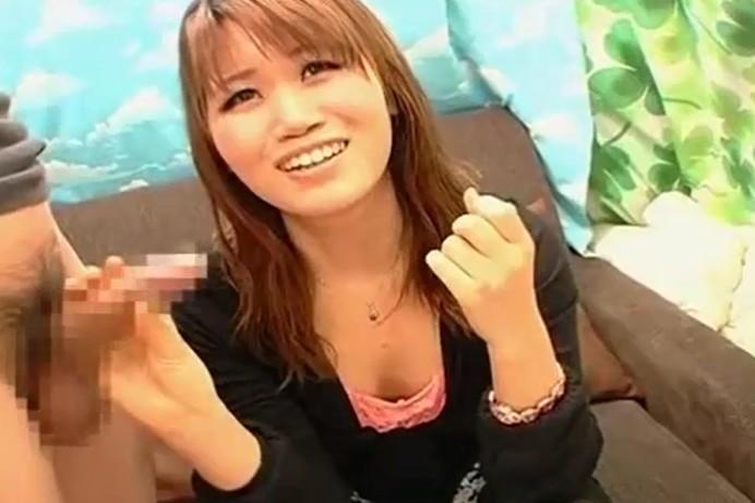 うぶ女子大生(20)の赤面手コキ!躊躇しながらフェラ、おっぱい弄られ半泣き顔で手コキ