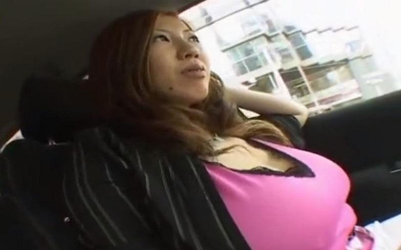 デカすぎ爆乳は110㎝!H好き人妻と車の中で露出SEXプレイでどうにもとまらん!