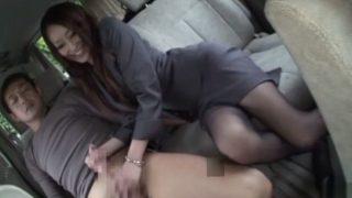 スーツを着たイイ女!車の助手席でフェラチオ抜きするパンスト美脚が最高だね!!