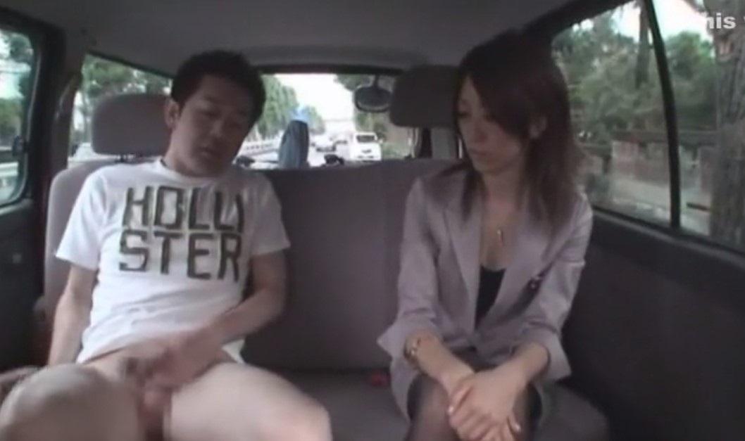 車内フェラで口内発射!美人OLがスーツのミニスカでパンチラさせながらチ●ポをしゃぶり続けている!