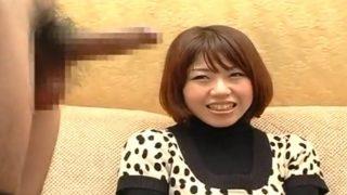 素人娘の赤面手コキ!20才の販売員の子がチ○コ出されて思わず照れ笑いしながらも手コキでザーメン発射!!