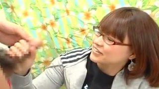〖赤面手コキ〗勃起チ○ポにぎった教育ママみたいなメガネの専門学生22才が先っぽをペロペロ!