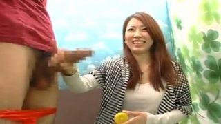 CFNM素人娘の赤面手コキ!美人すぎる女子大生が手コキでチ○コ測定の間にザーメン飛び出しちゃった!