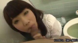 個人撮影でフェラチオ!トイレに連れ出して前髪短い系お嬢さま風の素人に初めての口内発射させてもらった!