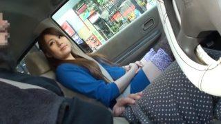 〖車の中でセンズリ鑑賞〗ストッキングがエロい素人お姉さん手コキしながらこっち見てるけど、まさかフェラまで…?