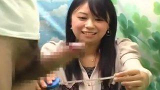 素人娘がおちんちんを応援!ザーメン発射に動揺しつつも笑顔でチ○コの大きさ測定してくれる!