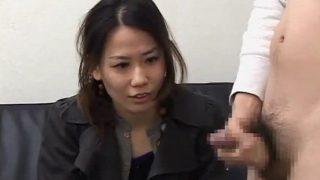 素人センズリ鑑賞!チ○コを握らされた26歳のOLさん♡精子が飛び出す瞬間までめっちゃガン見しとるね!!