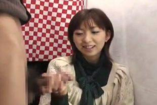 素人娘の赤面手コキぶっ飛びザーメン発射!