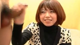 素人娘なおちゃん20歳が赤面手コキで照れながら手コキぬき!…ビュ ビュッ!まさかの大量射精にびっくり!!