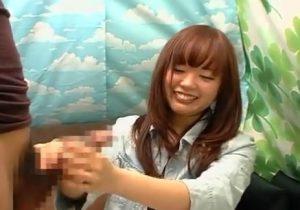 素人の赤面手コキ!「えっ…どうしよ、どう握ればいい…?」手コキに苦戦する女子大生がセンズリ手伝いでザーメン射させる!