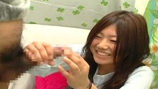 赤面手コキ!恥ずかしいけど♡20歳の女子大生がチ〇コを両手使ってザーメン飛び出すまで手コキする!!
