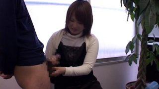 素人さんの恥じらいの手コキ♡18歳のスケベなデブ素人ががっつり手コキで射精させてあげてる!