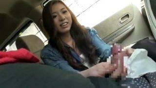 車の中で美女にセンズリ見せ!がまん汁に引きながらも思わずチ〇コ触っちゃう♡フェラしてあげて射精を受け止める!