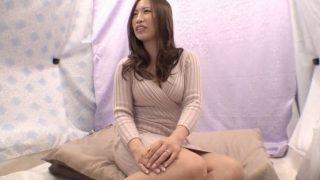 人妻ナンパ!巨乳がすぐハミ出ちゃう欲求不満気味の29歳人妻にオイルマッサージでヌルヌルSEX♥抜かずに膣内で射精する!