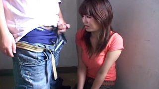 センズリ鑑賞する19歳女子大生♥顔の前ぎりぎりまで勃起チ○ポ押し付けられフェラ!飛びすぎ精子にもうドン引きですよ