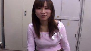 センズリ鑑賞「近い…うふふふ…」至近距離で見せられる26歳の主婦!自分のおっぱいムニュっとさわって照れ笑い♡