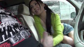 車の中でセンズリを見せられた美人妻さん♥勃起したチ○ポを弄びたくて咥えてしまう!後部座席に移って濃厚フェラからの口内射精!!