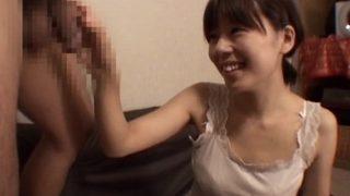 恥ずかしいけどチ〇コを握る!童顔なかわいらしい22歳素人おねえさんが手コキ♡トップレスになっておっぱい見せつつ射精までをお手伝い!
